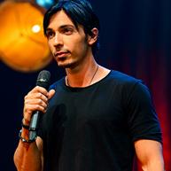 אסף יצחקי במופע סטנדאפ